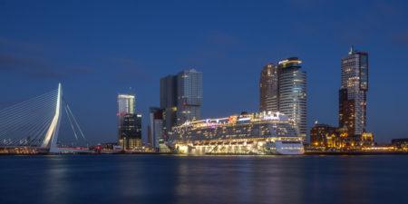 Rotterdam Skyline foto - Wilhelminapier met cruiseschip