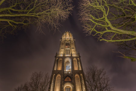 Domtoren in Utrecht vanaf het Domplein in de avond