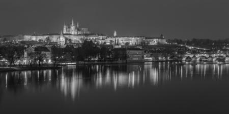 Praagse Burcht en Karelsbrug in zwart-wit - Praag, Tsjechië | Tux Photography Shop