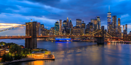 New York City Skyline - Uitzicht op de Brooklyn Bridge in de avond