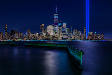 New York City Skyline - 9-11 Tribute in Light gezien vanuit Jersey City