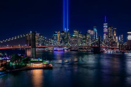 New York City Skyline en Brooklyn Bridge - 9-11 Tribute in Light
